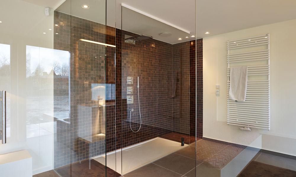 Glas voor in de badkamer of douche - Glas betegelde badkamer bad ...